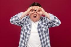 El retrato del hombre de negocios envejecido medio en la camisa a cuadros casual, situación de las lentes con los prismáticos ges fotografía de archivo