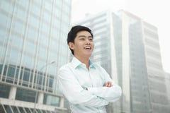 El retrato del hombre de negocios joven en camisa del botón abajo con los brazos cruzó, al aire libre, Pekín Imagen de archivo libre de regalías