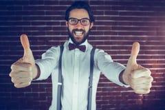 El retrato del hombre emocionado con los pulgares sube gesto Imagen de archivo libre de regalías