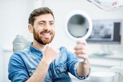 El retrato del hombre en la oficina dental fotografía de archivo