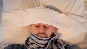 El retrato del hombre enfermo Primer 4K almacen de metraje de vídeo