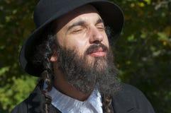 El retrato del hombre judío ortodoxo joven con los ojos se cerró Foto de archivo