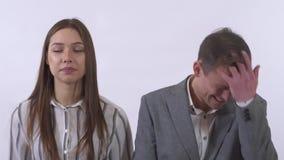 El retrato del hombre y la mujer amasan la cara que hace diversas expresiones faciales aislada en el fondo blanco almacen de video