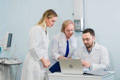 El retrato del los doctores jovenes elegantes trabaja en un hospital Imagenes de archivo
