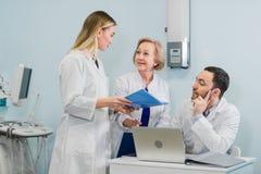 El retrato del los doctores jovenes elegantes trabaja en un hospital Imagen de archivo libre de regalías