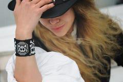 El retrato del modelo de moda se vistió en sombrero de cuero negro Fotos de archivo libres de regalías