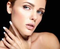 El retrato del modelo hermoso de la mujer con maquillaje y limpia la piel sana imagenes de archivo