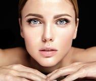 El retrato del modelo hermoso de la mujer con maquillaje y limpia la piel sana fotos de archivo libres de regalías