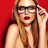 El retrato del modelo hermoso de la mujer con maquillaje y limpia la piel sana fotos de archivo