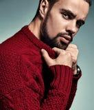 El retrato del modelo lumbersexual del inconformista elegante hermoso de la moda se vistió en el suéter rojo caliente que present Imágenes de archivo libres de regalías