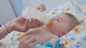 El retrato del muchacho adorable chupa la mezcla de la botella almacen de video