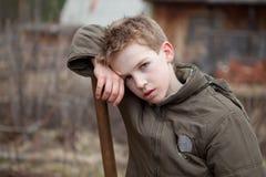 El retrato del muchacho cansó después de trabajo Fotografía de archivo