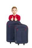 El retrato del muchacho que muestra los pulgares para arriba con viaje empaqueta Imágenes de archivo libres de regalías
