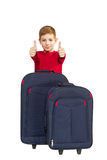 El retrato del muchacho sonriente que muestra los pulgares para arriba con viaje empaqueta Fotografía de archivo