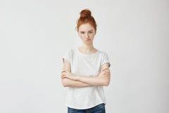 El retrato del pelirrojo descontentó a la muchacha con los brazos cruzados Foto de archivo libre de regalías