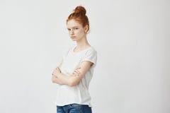 El retrato del pelirrojo descontentó a la muchacha con los brazos cruzados Copie el espacio Aislado en blanco Fotografía de archivo libre de regalías