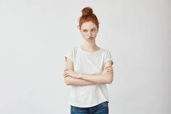 El retrato del pelirrojo emotivo descontentó a la muchacha con los brazos cruzados Imágenes de archivo libres de regalías