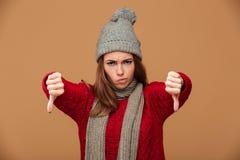 El retrato del primer de la mujer caucásica infeliz en invierno viste s Fotografía de archivo