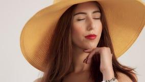 El retrato del primer de la mujer con el pelo recto grande lleva el sombrero grande del yelow del verano metrajes