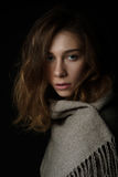 El retrato del primer de la mujer joven con el pelo largo se cubre con una bufanda fotografía de archivo libre de regalías