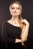El retrato del primer de la mujer joven hermosa con joyería de lujo y perfectos componen Fotografía de archivo libre de regalías