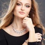 El retrato del primer de la mujer joven hermosa con joyería de lujo y perfectos componen Fotos de archivo libres de regalías