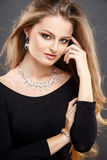 El retrato del primer de la mujer joven hermosa con joyería de lujo y perfectos componen Fotografía de archivo