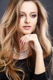 El retrato del primer de la mujer joven hermosa con joyería de lujo y perfectos componen Foto de archivo