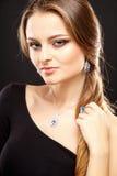 El retrato del primer de la mujer joven hermosa con joyería de lujo y perfectos componen Imágenes de archivo libres de regalías