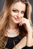 El retrato del primer de la mujer joven hermosa con joyería de lujo y perfectos componen Foto de archivo libre de regalías