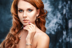 El retrato del primer de la mujer joven hermosa con joyería de lujo y perfectos componen Imagen de archivo