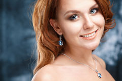 El retrato del primer de la mujer joven hermosa con joyería de lujo y perfectos componen Imagenes de archivo
