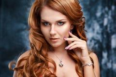 El retrato del primer de la mujer joven hermosa con joyería de lujo y perfectos componen Imagen de archivo libre de regalías