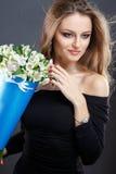 El retrato del primer de la mujer joven hermosa con joyería de lujo y perfectos componen sostener el ramo Fotos de archivo