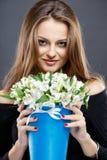 El retrato del primer de la mujer joven hermosa con joyería de lujo y perfectos componen sostener el ramo Fotografía de archivo libre de regalías