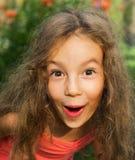 El retrato del primer de la niña linda se sorprende y tan feliz sobre él Fotos de archivo libres de regalías