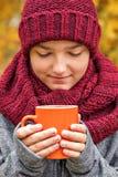 El retrato del primer de un adolescente con los ojos cerrados que conjeturan una Navidad desea sobre una taza de la mañana de caf Imagen de archivo libre de regalías