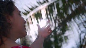 El retrato del primer de una mujer joven de la morenita linda hermosa europea o de una muchacha alegre, cierra la mano del Sun qu almacen de metraje de vídeo