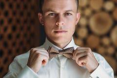 El retrato del primer del hombre de negocios masculino joven está consiguiendo se vistió para el trabajo Un individuo rubio en un Fotos de archivo