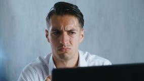 El retrato del primer Shocked, hombre pasmado saca sus vidrios en sorpresa en oficina Hombre de negocios chocado por qué él almacen de metraje de vídeo