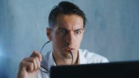 El retrato del primer Shocked, hombre pasmado saca sus vidrios en sorpresa en oficina Hombre de negocios chocado por qué él metrajes