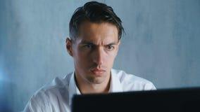 El retrato del primer Shocked, hombre pasmado saca sus vidrios en sorpresa en oficina Hombre de negocios chocado por qué él almacen de video