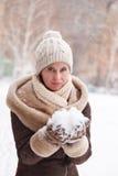 El retrato del ` s de la muchacha en el invierno en el parque Foto de archivo