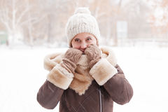 El retrato del ` s de la muchacha en el invierno en el parque Imagen de archivo