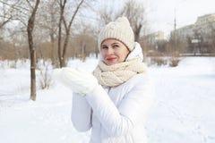 El retrato del ` s de la muchacha en el invierno en el parque Imágenes de archivo libres de regalías