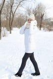 El retrato del ` s de la muchacha en el invierno en el parque Foto de archivo libre de regalías