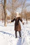 El retrato del ` s de la muchacha en el invierno en el parque Fotografía de archivo
