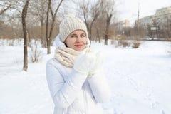 El retrato del ` s de la muchacha en el invierno en el parque Imagenes de archivo