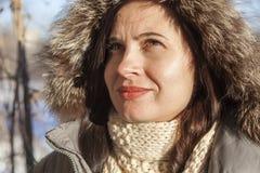 El retrato del ` s de la muchacha en el invierno en una capilla Fotografía de archivo libre de regalías