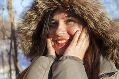 El retrato del ` s de la muchacha en el invierno en una capilla Imagenes de archivo